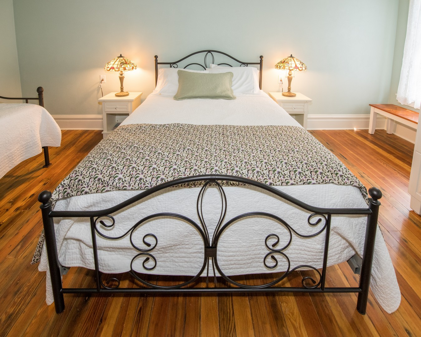 The Laurel guest room with queen, twin, and trundle beds.